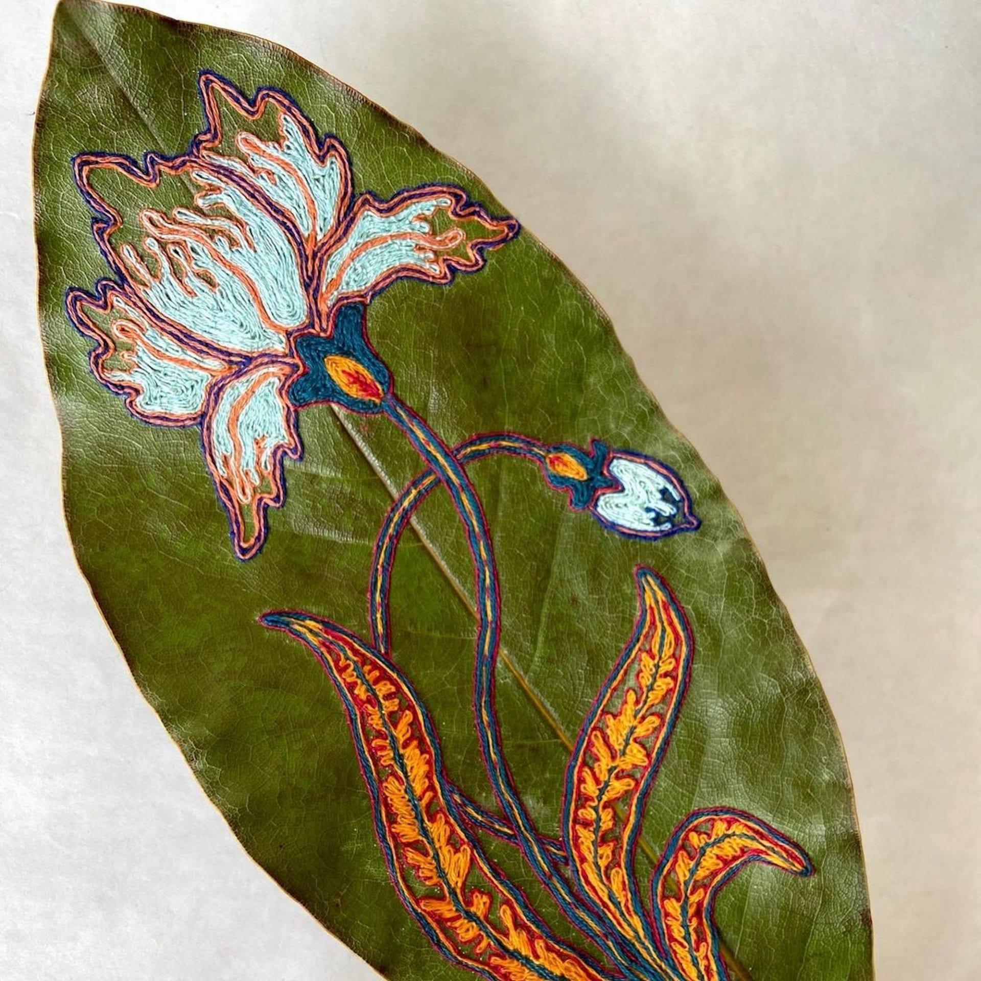 L'artiste Hillary Waters Fayle réalise de merveilleuses broderies sur des feuilles séchées