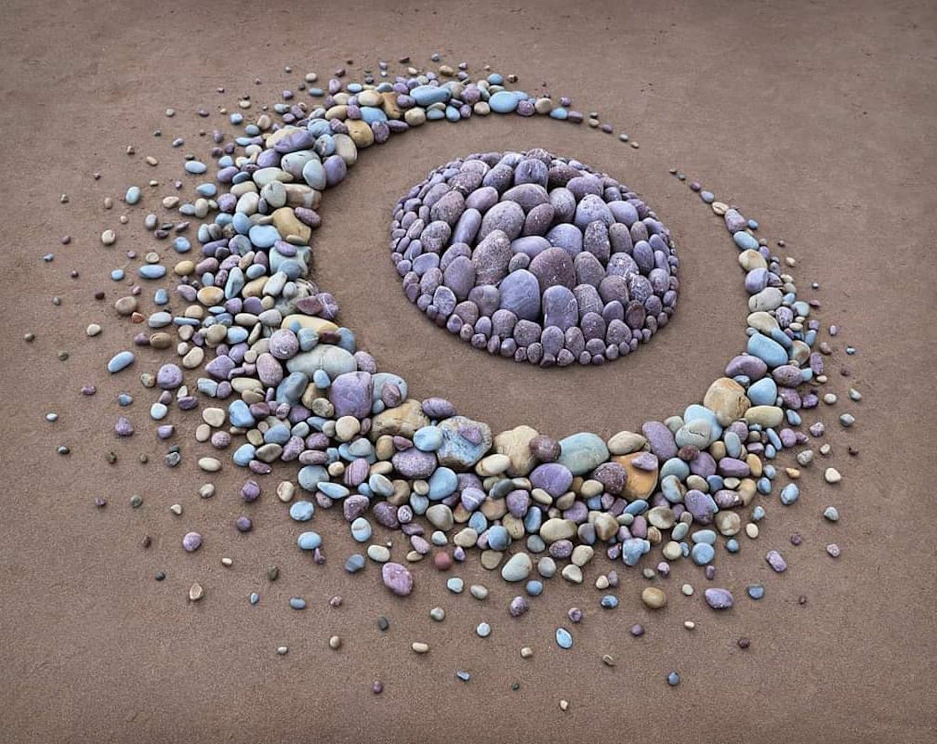 L'artiste Jon Foreman réalise des œuvres d'art fascinantes en alignant des pierres sur les plages