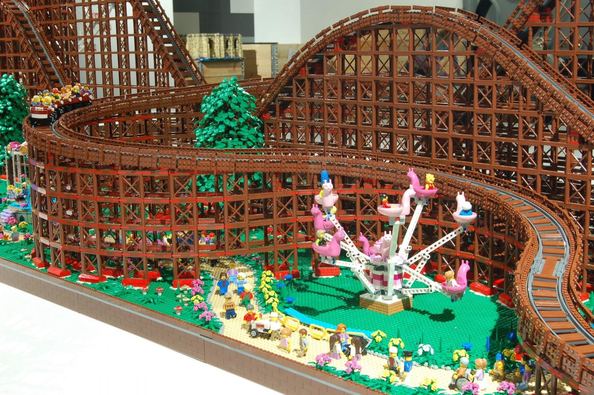 L'artiste Chairudo construit les plus grandes montagnes russes en LEGO du monde