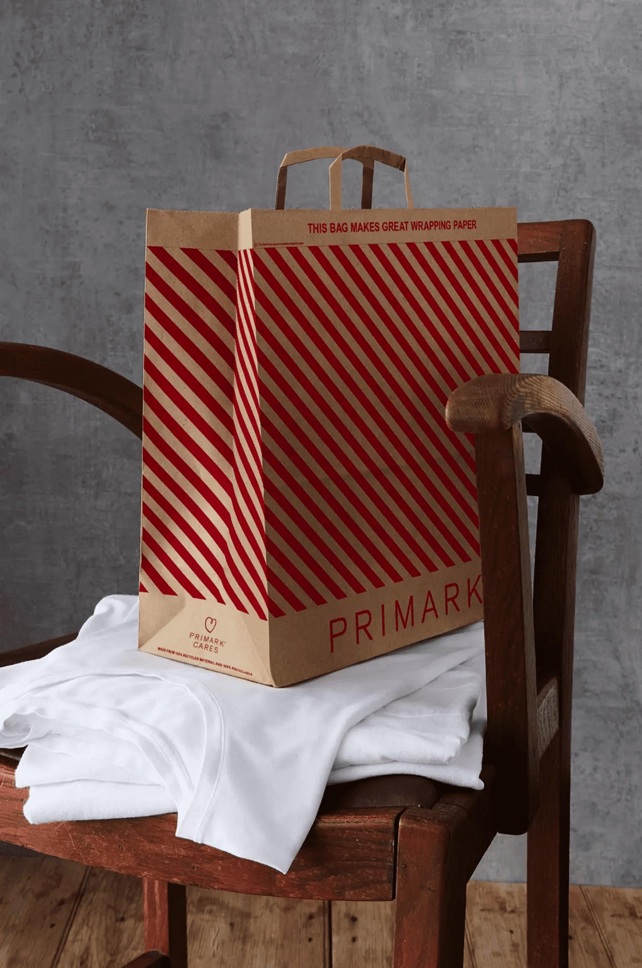 Primark a eu la bonne idée de créer un sac qui se recycle en papier cadeau