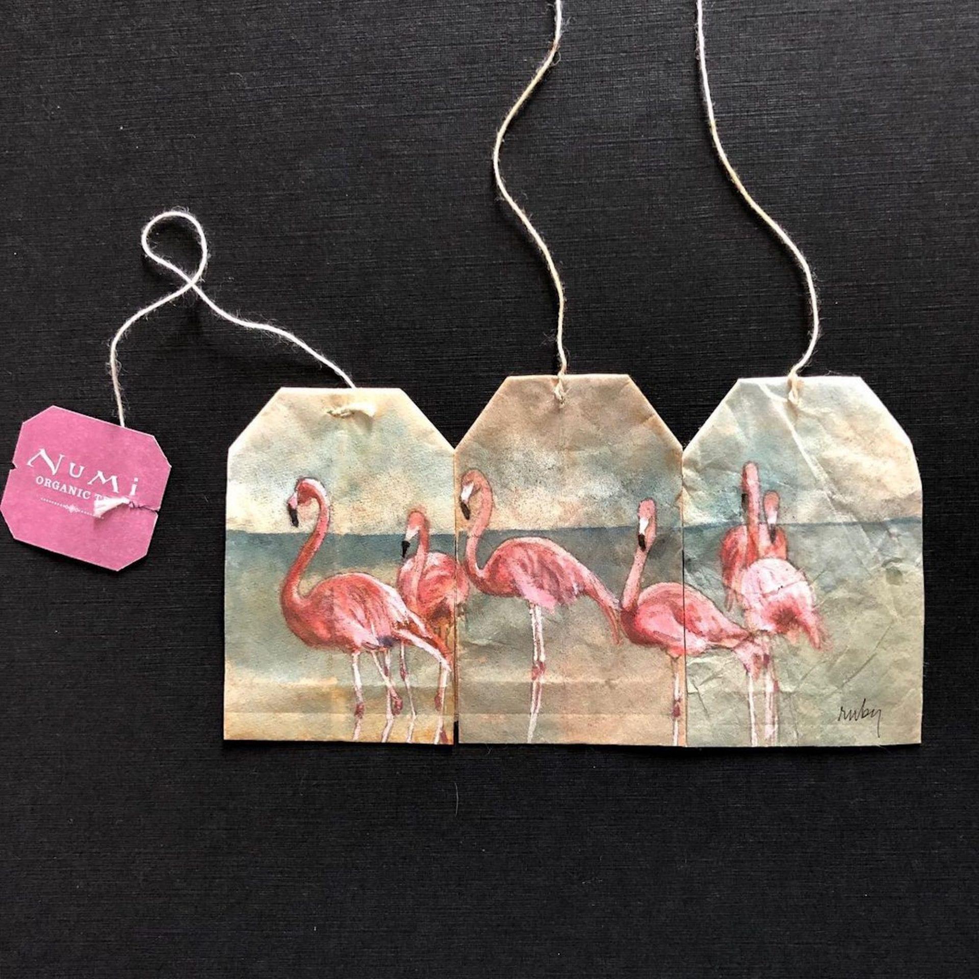 Après chaque thé, l'artiste Ruby Silvious peint des petites scènes sur les sachets usagés