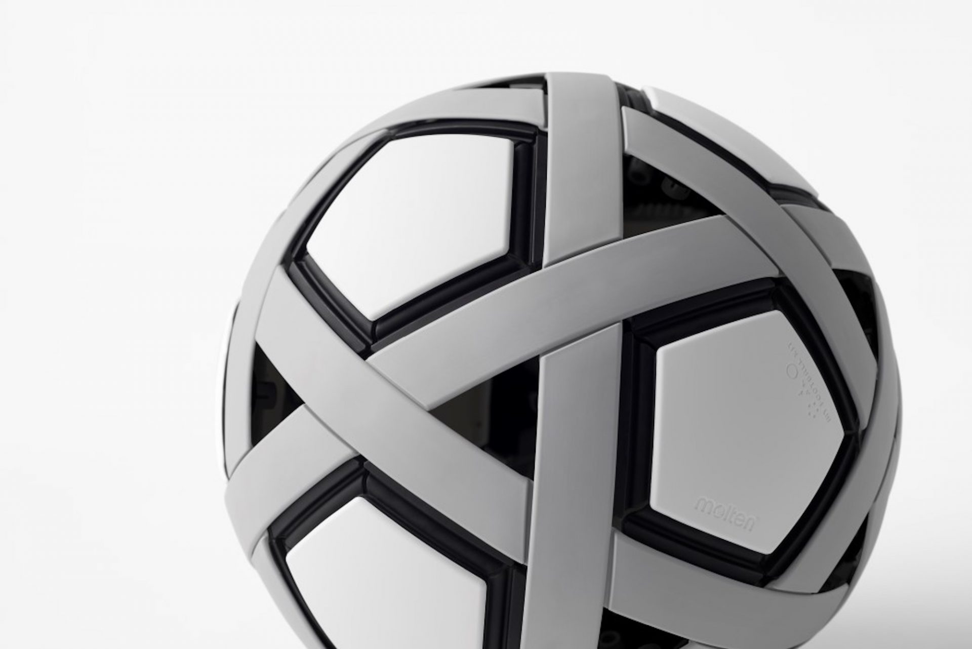 Un ballon de football sans air livré en kit et que vous devez monter vous-même