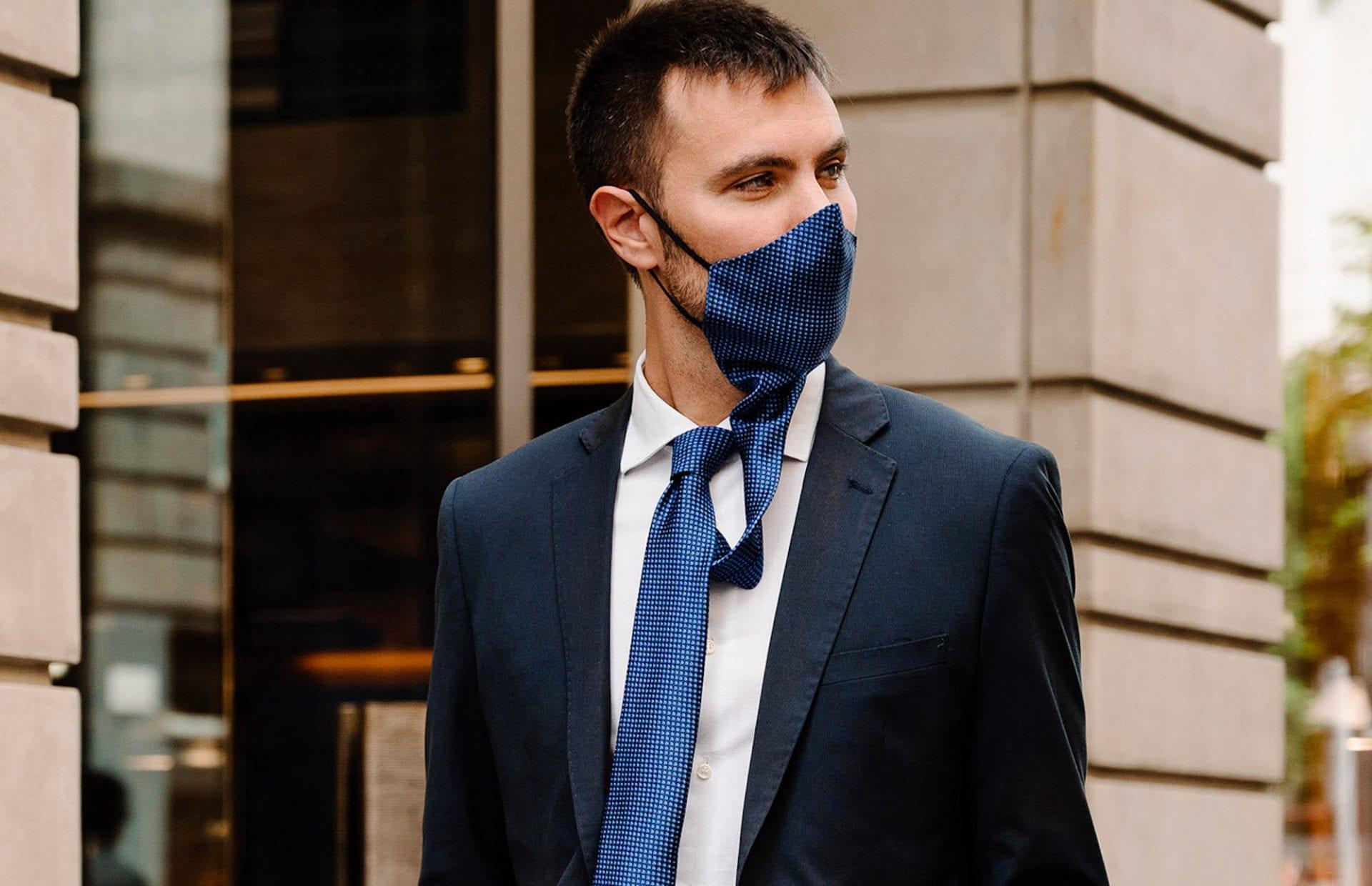 Cette cravate se transforme en masque pour vous protéger avec élégance