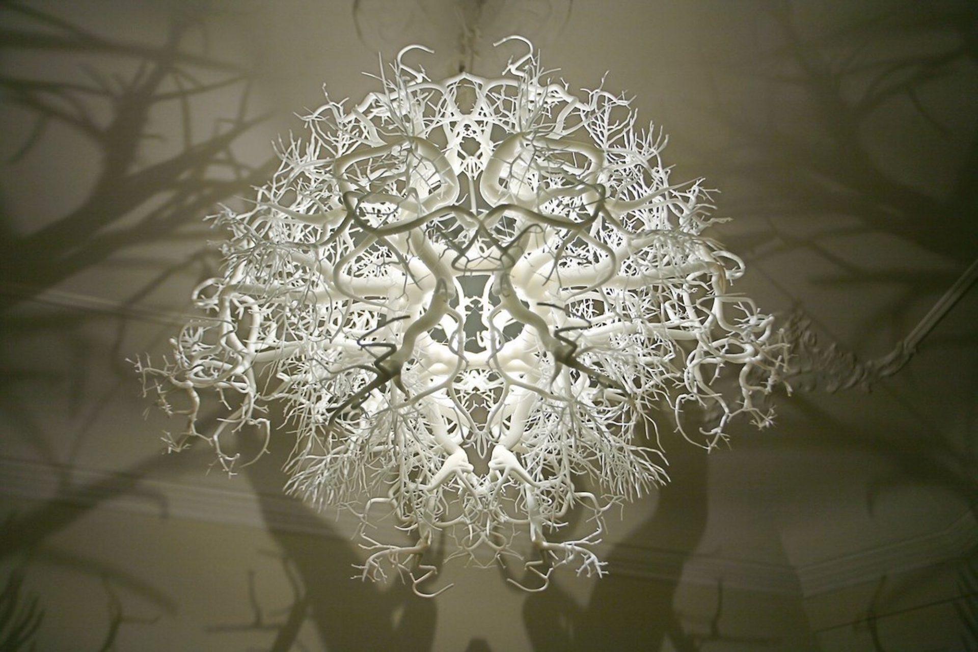 Ce lustre artistique transforme votre chambre en forêt hantée