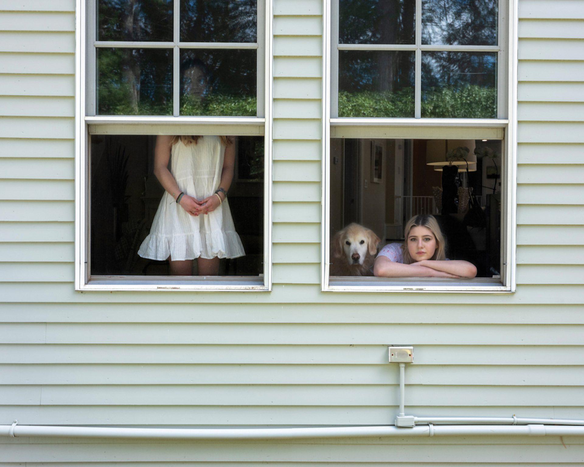 Across Windows : cette photographe adapte ses portraits à la pandémie