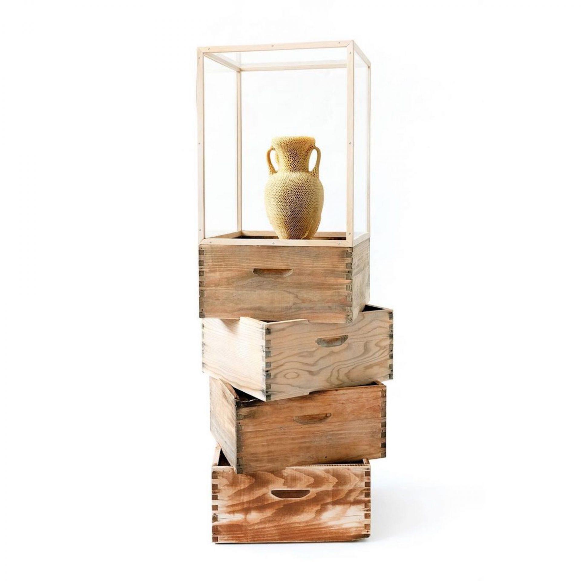 Une amphore sculptée en cire d'abeille par Tomáš Libertíny