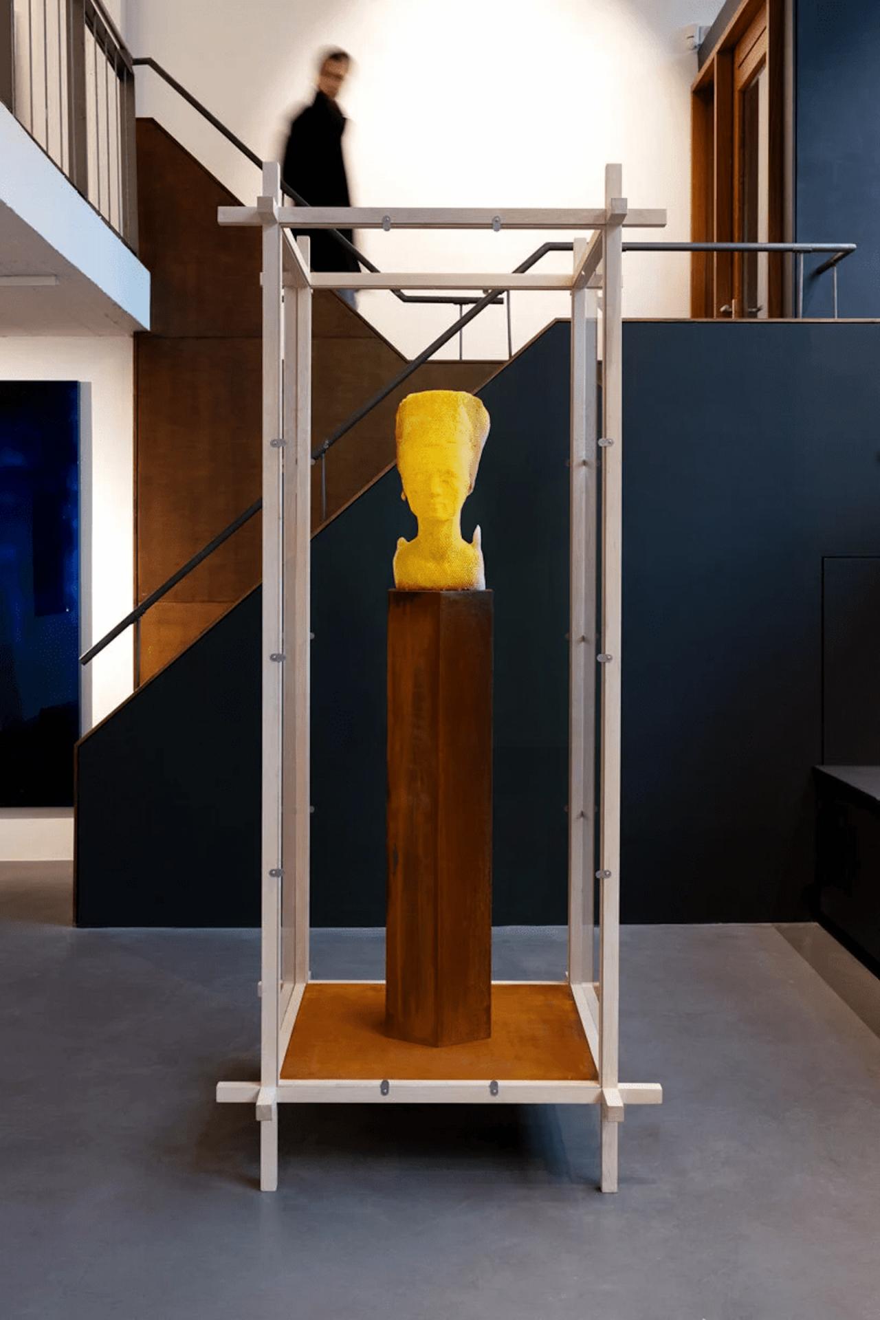 L'artiste Tomáš Libertíny laisse 60 000 abeilles sculpter le buste de Néfertiti