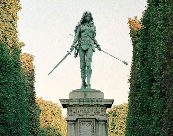 Paris : le photographe Benoit Lapray transforme les statues en personnages célèbres ! Par Maxime Delmas 125918127_381341833114012_8077966398937773148_n