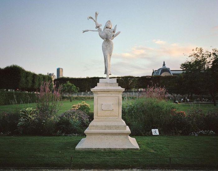 Paris : le photographe Benoit Lapray transforme les statues en personnages célèbres ! Par Maxime Delmas 130745961_432941771064796_8079165150319511529_n