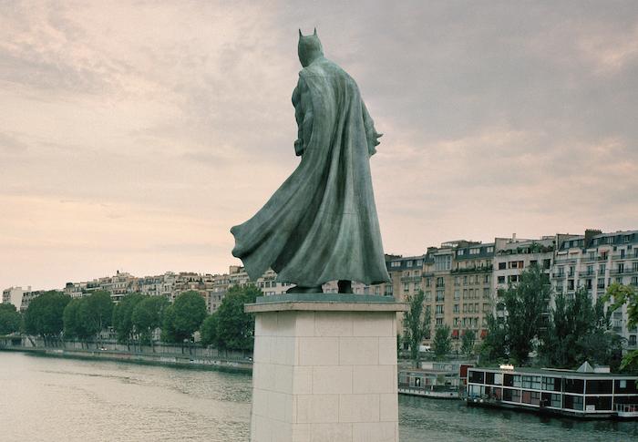 Paris : le photographe Benoit Lapray transforme les statues en personnages célèbres ! Par Maxime Delmas Capture-décran-2021-02-19-à-17.42.41