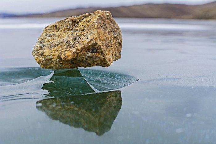 Baïkal Zen : le phénomène naturel qui fait léviter les pierres sur le lac Baïkal gelé