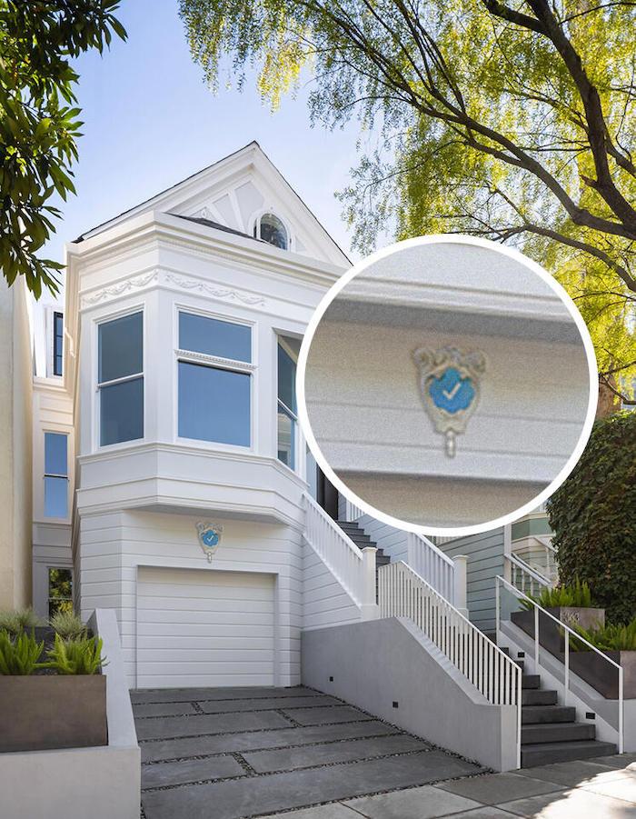 """Blue Check Homes : l'artiste Danielle Baskin trolle les influenceurs en créant des """"badges vérifiés"""" pour les maisons"""