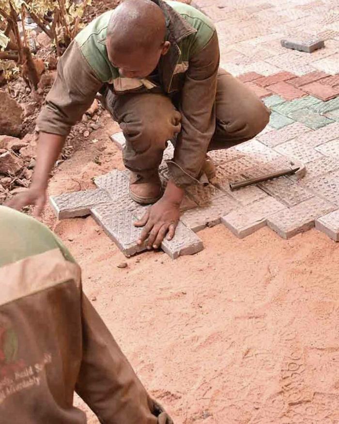 Kenya : la société Gjenge Makers recycle le plastique en briques 5 fois plus résistantes que le béton