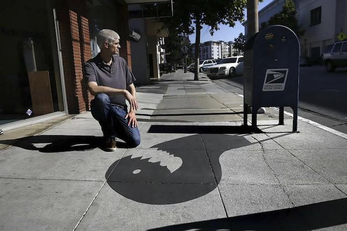 Damon Belanger dessine des fausses ombres sur le sol pour surprendre les passants dans la rue