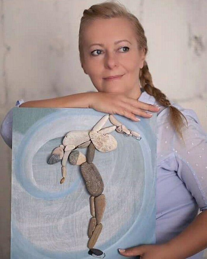 L'artiste Erzsébet Szilajka joue avec les pierres