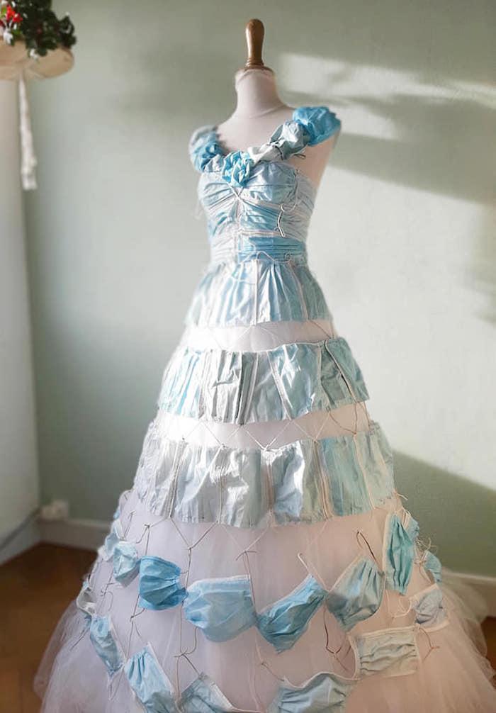 Cette nantaise transforme les masques usagés en robe de mariée