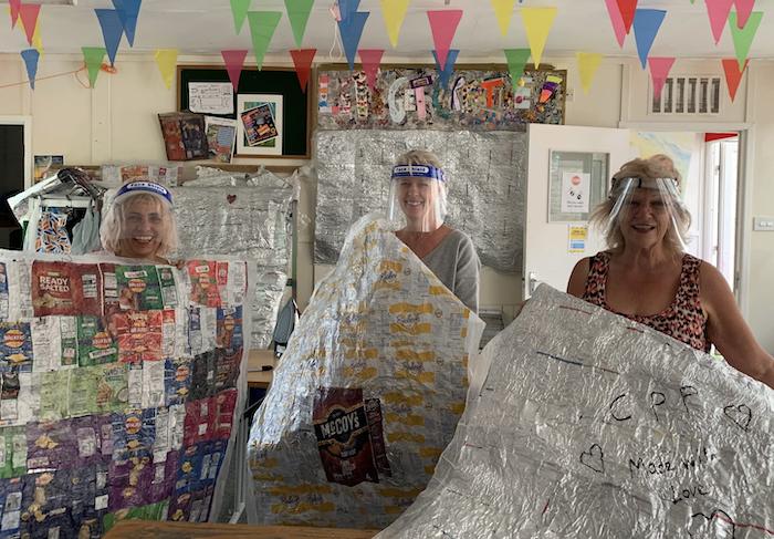 L'association Crisp Packet Project recycle les paquets de chips en couvertures pour les sans-abri