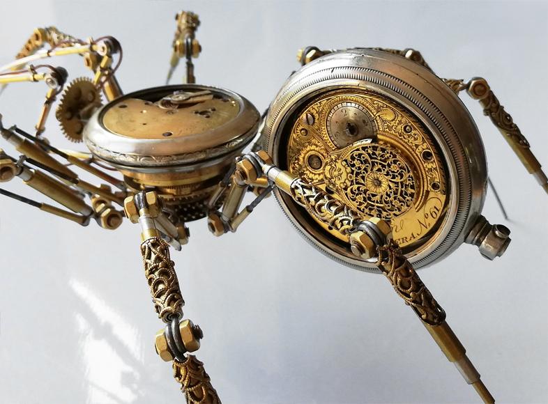 L'artiste Peter Szucsy transforme les montres à gousset en araignées