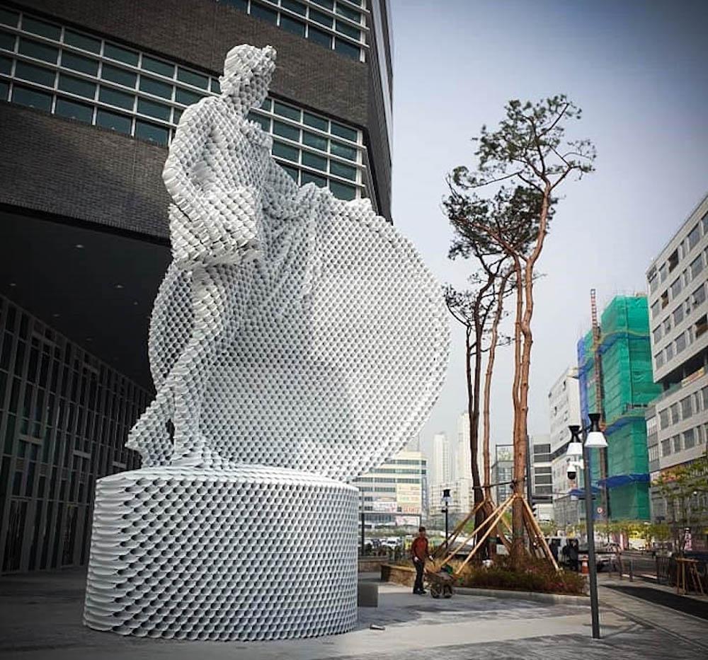 L'artiste Yi Chul Hee crée des sculptures étonnantes avec des tubes métalliques