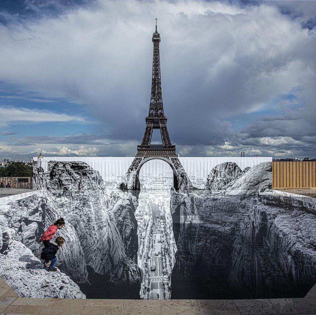 L'artiste JR joue avec la Tour Eiffel dans une anamorphose étonnante