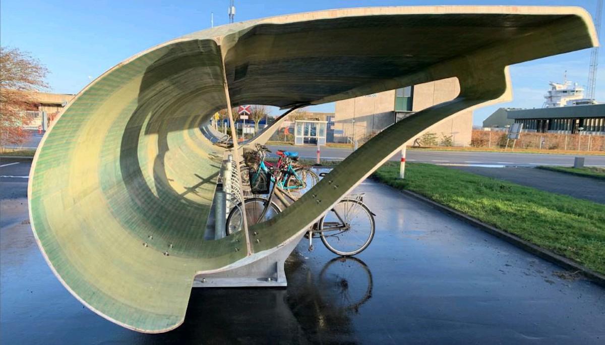 Un parking à vélo créé avec une éolienne recyclée