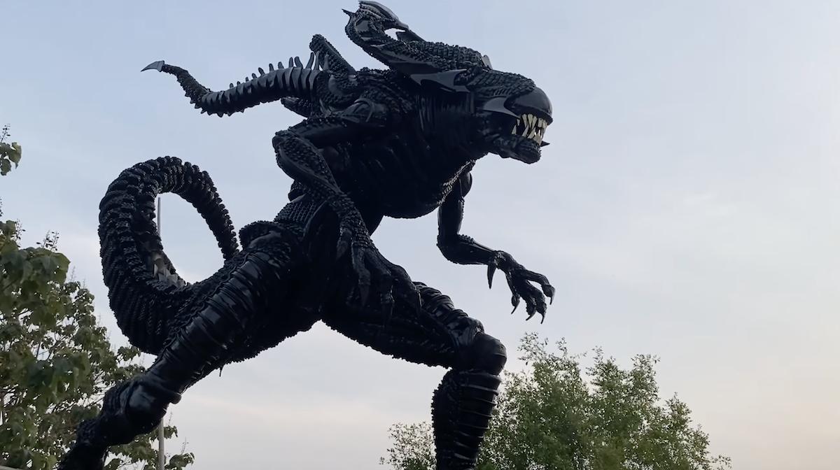 L'artiste Cao Shennge réalise une impressionnante sculpture d'Alien avec 200 pneus usagés