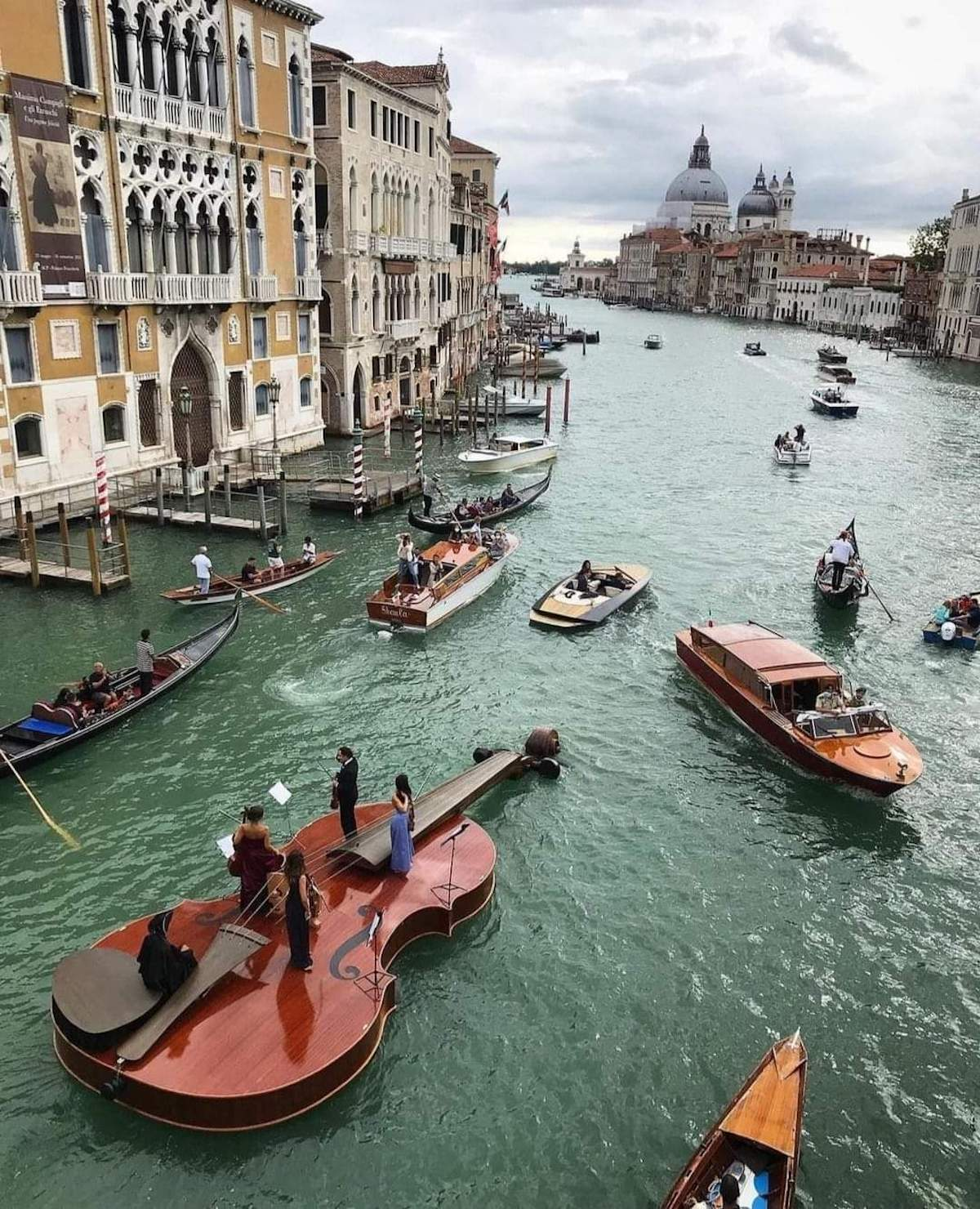Venise : un violon géant avec des musiciens flotte sur le Grand Canal